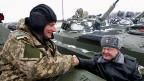 Der ukrainische Präsident Petro Poroschenko grüsst einen Panzersoldaten. – anlässlich einer Zeremonie zur Übergabe neuer Armeeausrüstungsgegenstände wie POanzer und Waffen. Anfangs Januar im Norden der Ukraine.