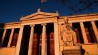 Die Athener Universität bei Sonnenuntergang in Athen am 7. Januar 2015.