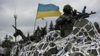 Ein mit einem weissen Netz getarnter Panzer der ukrainischen Armee, am 8. Februar in der Ostukraine.