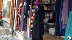 «Boutique Salam - Grand Choix de prêt-à-porter», steht über dem Eingang des Kleiderladens. Drinnen verkauft ein Mann mit Bart lange Kleider für muslimische Frauen, Kopftücher, Schleier und verschiedene Ausgaben des Koran.