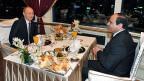 Blumen und ein reich gedeckter Tisch. Gastgeber al-Sisi lächelt Wladimir Putin zu.