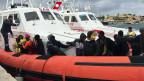 Ein Boot der italienischen Küstenwache legt auf lampedusa an.
