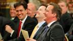 Labour-Chef Ed Miliband und ganz rechts Premier David Cameron. Ausser in der Europafrage, wo klare Trennlinien erkennbar sind, unterscheiden sich die beiden Widersacher weit weniger als damals. Das Stammesdenken ist wichtiger als die politischen Programme.