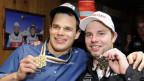 Die Schweizer Skirennläufer Patrick Küng und Beat Feuz feiern ihre Medaillen