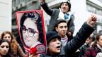 Junge Türkinnen und Türken in Istanbul, mit einem Foto der vergewaltigten und ermordeten jungen Frau.