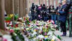 Trauernde legen Blumen nieder - in Kopenhagen, dort, wo ein Anschlag stattgefunden hat.