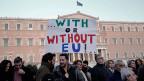 Unterstützung für die neue griechische Regierung vor dem Parlamentsgebäude in Athen. «Mit oder ohne EU!» steht auf eine Transparent.