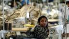 Wo immer die Ruggie-Prinzipien angewendet würden, komme es zu weniger Menschenrechtsverletzungen, als es sonst der Fall wäre, sagt John Ruggie. Bild: Textilarbeiterin in Dhaka, der Hauptstadt von Bangladesh.