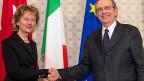 Der italienische Finanzminister Pier Carlo Padoan begrüsst Bundesrätin Eveline Widmer-Schlumpf vor der Unterzeichnung der Roadmap zum Finanz- und Steuerdialog mit Italien.