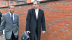 Sebastian Edathy mit seinem Anwalt beim Verlassen des Gerichtsgebäudes in Verden.