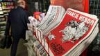 «C'est reparti!» Die neue Nummer von «Charlie Hebdo» liegt an einem Kiosk in Paris auf.