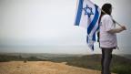 Ein Anhänger der Partei Yisrael Beitenu steht auf einem Hügel und blickt auf den Gaza-Streifen.