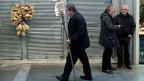 Ein Losverkäufer in Athen. Immer mehr Griechinnen und Griechen wären mehr als froh um einen saftigen Lotteriegewinn.