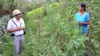 «Böden sind voller Leben». David Diaz im Gespräch mit einer Bäuerin.