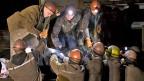 Grubenarbeiter der Mine Zadyasko bergen ihre toten Kumpel.