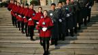 Vor der Eröffnung des Nationalen Volkskongresses in Peking. Stewardessen und Stewards sind bereit, die 3000 Delegierten zu empfangen.