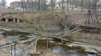 Das Gebiet direkt an der Grenze zwischen Estland und Russland am Narvafluss ist heute ein Trümmerfeld; an der seit Jahrhundert umstrittenen Trennlinie zwischen Ost und West sind noch die Überreste einer zerstörten Hängebrücke zu sehen.