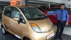 Verkaufsmanager Amit Malik steht neben dem neuen Tata Nano.