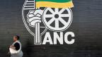 «Der ANC ist nicht fähig, die Proteste und die anderen Probleme in den Griff zu bekommen, und dann ist da noch die Korruption. Wir wissen nicht, was passieren wird, aber alle wollen Antworten», sagt ein Wähler, der seit 1994 für den ANC stimmt.