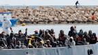 Flüchtlinge erreichen den Hafen von Pozzallo auf Sizilien.