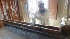 Viele der Weber in Islampar sind seit Generationen an die reichen Zwischenhändler im Dorf gebunden.