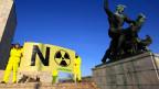 Greenpeace-Aktivisten protestieren gegen das AKW Paks in Budapest.