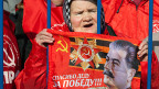 Nach der Referendumsabstimmung über die Krim. Auf der Fahne der alten Kommunistin steht: «Danke, Väterchen für den Sieg».