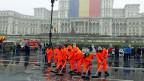 Arbeiter säubern den Platz vor dem Parlamentspalast in Bukarest – und die rumänischen Korruptionsbekämpfer schrecken nicht vor den hohen und höchsten Leuten im Land zurück.