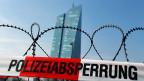 In Frankfurt sind Polizisten und Demonstrierende verletzt worden, und es hat hunderte Festnahmen gegeben.
