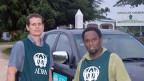 Mark le Roux, Direktor des internationalen Hilfswerks Adra, mit einem Mitarbeiter auf Vanuatu.