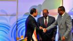 Die Präsidenten Sudans und Ägyptens und der äthiopische Premier besiegeln ihren Vertrag mit Handschlag.