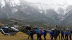 Polizei- und Rettungskräfte in Seyne-les-Alpes auf dem Weg zum Einsatz.