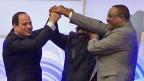 Die Staatsoberhäupter Sudans, Ägyptens und Äthiopiens reichen sich die Hände - siegesgewiss über dem Kopf. Ein Foto mit Seltenheitswert.