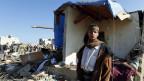 Ein Jemenit steht neben seinem komplett zerstörten Haus in Sanaa.