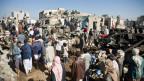 Nach dem Bombenangriff der saudiarabischen Armee: Die verzweifelte Suche nach Überlebenden in der Nähe von Sanaa, Jemen.