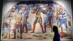 Museumsbesucherin in der Marignano-Ausstellung im Landesmuseum