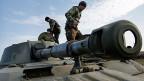 Prorussische Rebellen auf einem Panzer, etwa 50 Kilometer von Donezk entfernt.