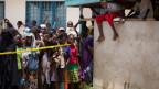 Anwohner und Angehörige warten vor dem Spital in Garissa, Kenia.