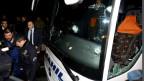 Beim Anschlag wurde der Busfahrer verletzt, die Spieler kamen mit dem Schrecken davon.