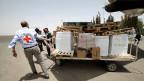 Fluughafen Sanaa. Wieviele Stammesführer muss ich anrufen, um Hilfs-güter zu verteilen? Die tägliche Frage für den Delegationsleiter des IKRK im Jemen.