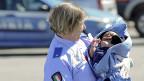 Am 15. April im Hafen von Palermo: Eine italienische Rotkreuzhelferin hält ein gerettetes Baby im Arm. Wie lange schaut die EU noch tatenlos zu?