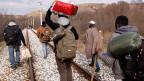 Flüchtlinge aus Westafrika an einer Bahnstrecke entlang der griechisch-mazedonischen Grenze.
