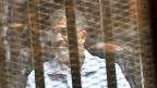 Gewählt wurde Mohammed Mursi 2012 - in den ersten freien Präsidentenwahlen in der Geschichte Ägyptens. Nach Massenprotesten gegen seine autoritäre Herrschaft stürzte ihn das Militär im Juli. Seitdem ist er in  Haft.