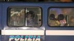 Überlebende des Unglücks vor der libyschen Küste in einem Polizeiauto in Catania. Die Schlepper auf den Schiffen seien die kleinen Fische, arme Unglückliche, Handlanger, einige von ihnen auch selber Migranten, sagt Staatsanwalt Enzo Serpotta aus Catania.