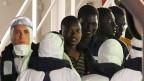 Sie haben nur dank eines portugiesischen Frachtschiffs überlebt, das sie nach dem Kentern ihres Boots vor der libyschen Küste aus dem Meer gefischt hat.