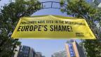 «Europas Schande!» steht auf einem Transparent vor dem EU-Hauptquartier in Brüssel. Menschenrechtsorganisationen kritisieren: Die EU lege den Fokus vor allem auf Abriegelung und nicht auf Hilfe für Bedürftige.