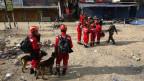 Ein chinesisches Hilfsteam in Kathmandusucht nach Überlebenden in den Trümmern