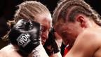 Berner Europameisterin Nicole Boss und der WM-Titelverteidigerin im WBC-Leichtgewicht, dieBelgierin Delfine Persoon, im Kampf in Bümpliz am 25.April 2015