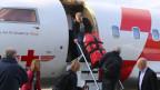 Ein sechsköpfiges Team der Humanitären Hilfe des Bundes besteigt am Sonntag, 26. April 2015 am Flughafen in Kloten einen Jet der Rega