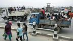 Vor dem Flughafen von Kathmandu ist die Lage extrem unübersichtlich.